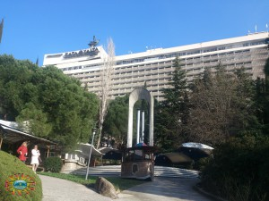 вид на отель со стороны парка